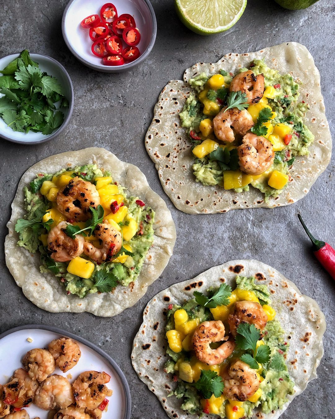 tacos z krewetkami, guacamole i salsą mango